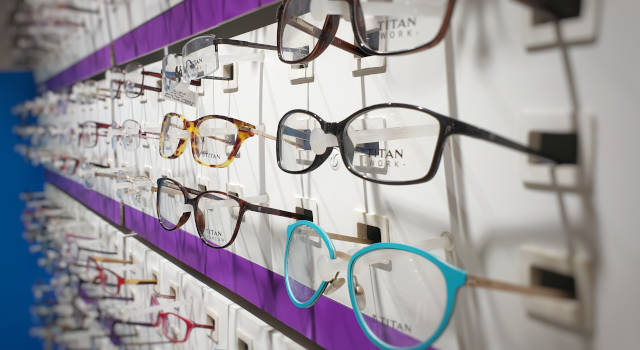 opticians-wall-of-eyeglasses-near-you-640x350