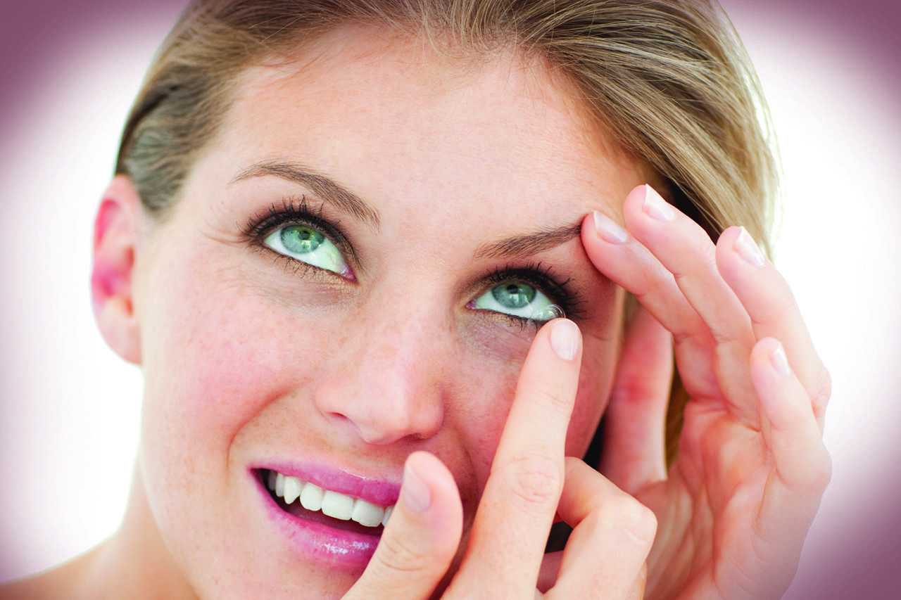 contacts-putting-in-woman