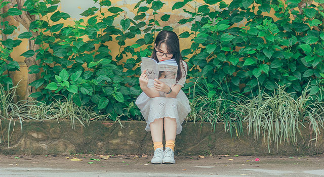 young-child-reading-a-book-640x350