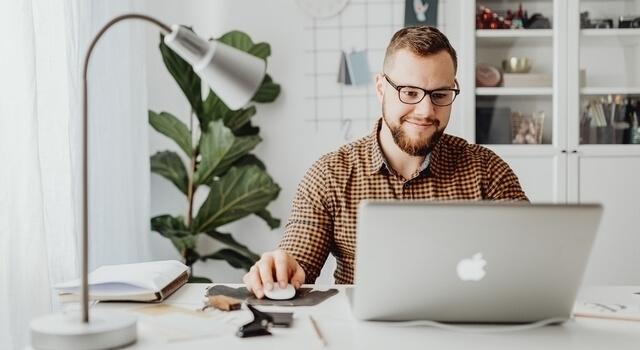 man-wearing-blue-light-eyeglasses-browsing-his-laptop-640x350-1