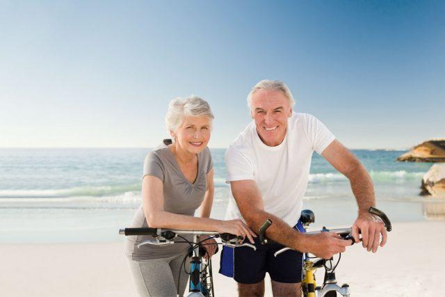 elderly couple_cyclists_beach_1280 640x427