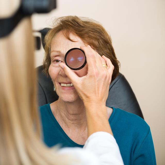 female optician examination 640