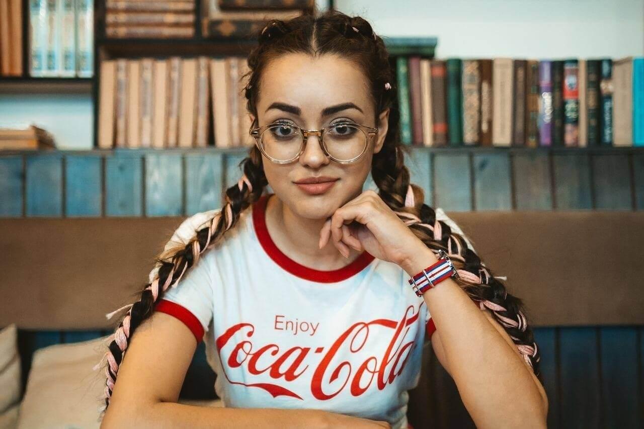 girl wearing glasses 1280x853