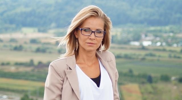 woman blue rimmed glasses 640.jpg