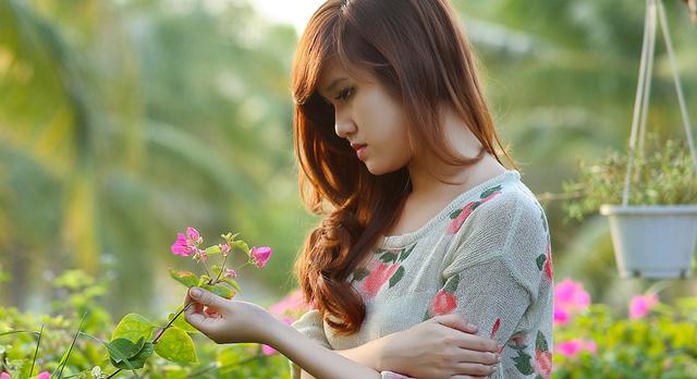girl_flower_garden