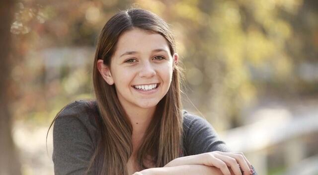 teenage girl wearing contact lenses 640×350
