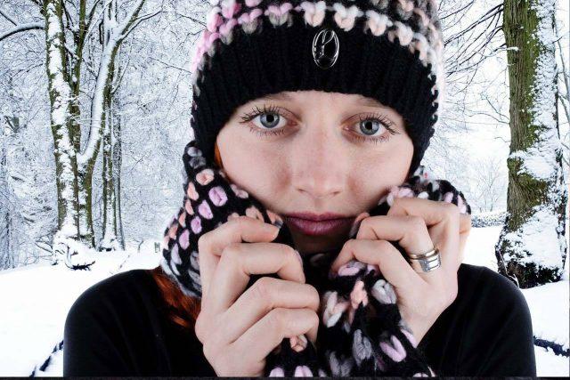 Woman Hat Scarf Snowy Trees 1280x853 640x427