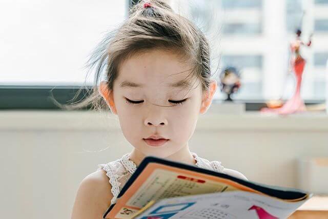 girl reading book 2_640 1 640x427