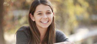 teenage girl wearing contact lenses 640x350 1 330x150
