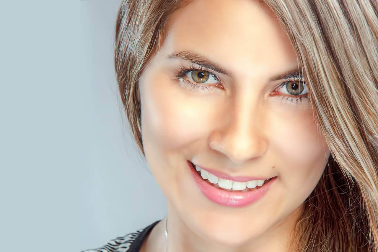 Woman Smiling Pretty Eyes 1280×853
