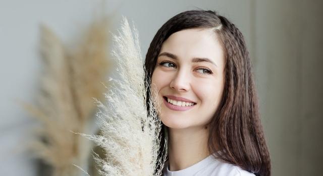 brunette girl smiling 640.jpg