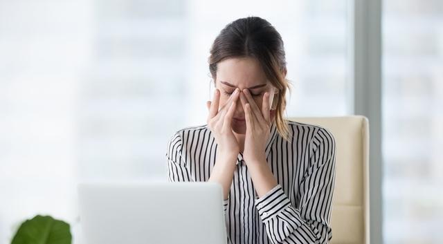 woman suffering from dry eyes 640×350 1.jpg
