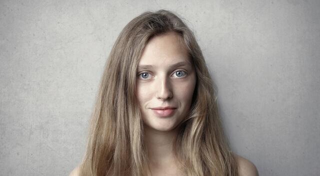 girl wearing contact lenses 640×350 1