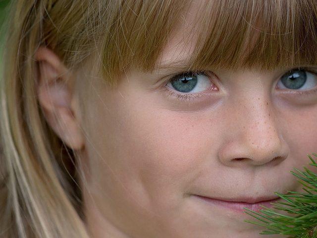Young Girl Smile Tree 1280x480 640x480