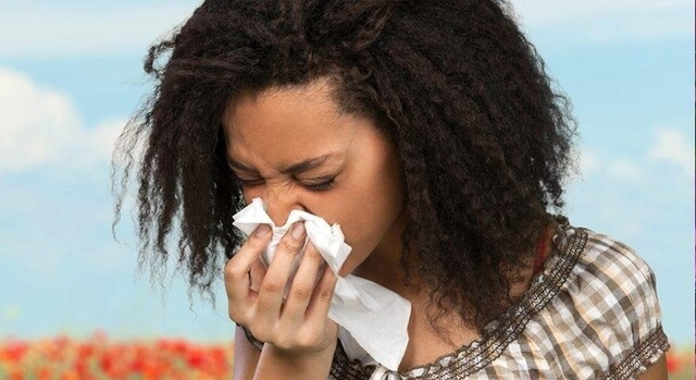 woman suffering from eye allergies 640