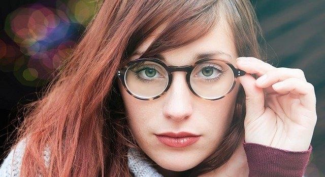 woman wearing roud glasses 640