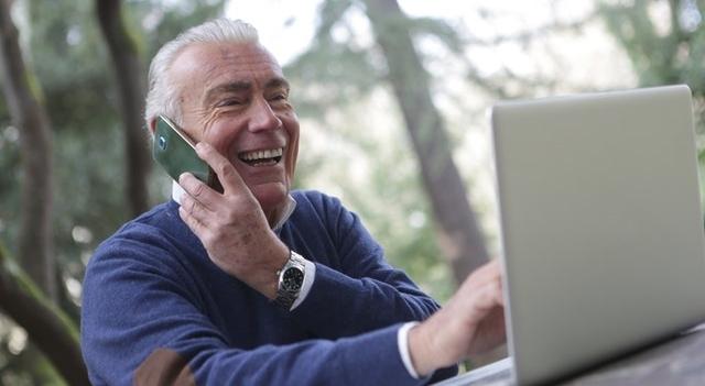 senior man talking on the smartphone 640