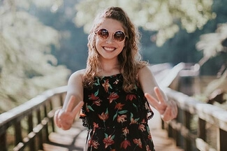 girl wearing photochromic eyeglasses 325