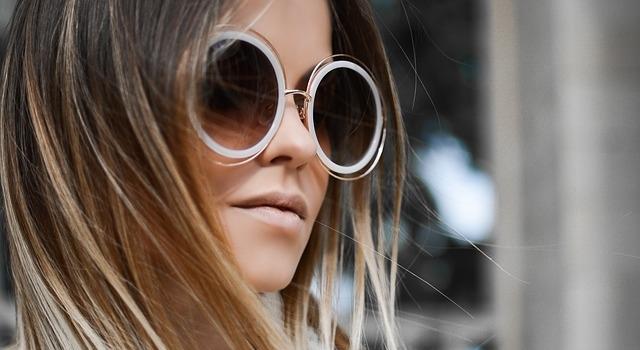 woman wearing roun sunglasses 640