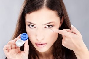 contacts putting in woman caucasian 1280×853
