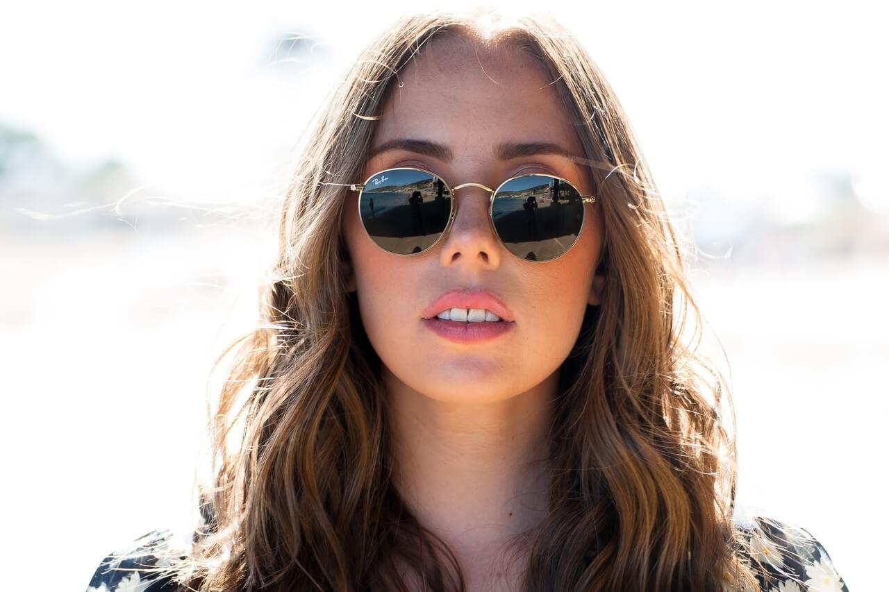 young woman wearing sunglasses_1280x853