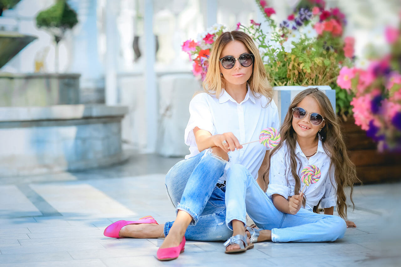 flowers-mother-daughter-glasses-jeans-1280