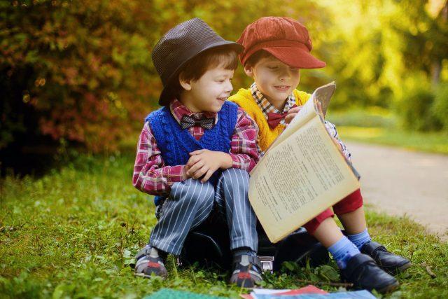 Children Reading Newspaper Outside 1280x853 640x427
