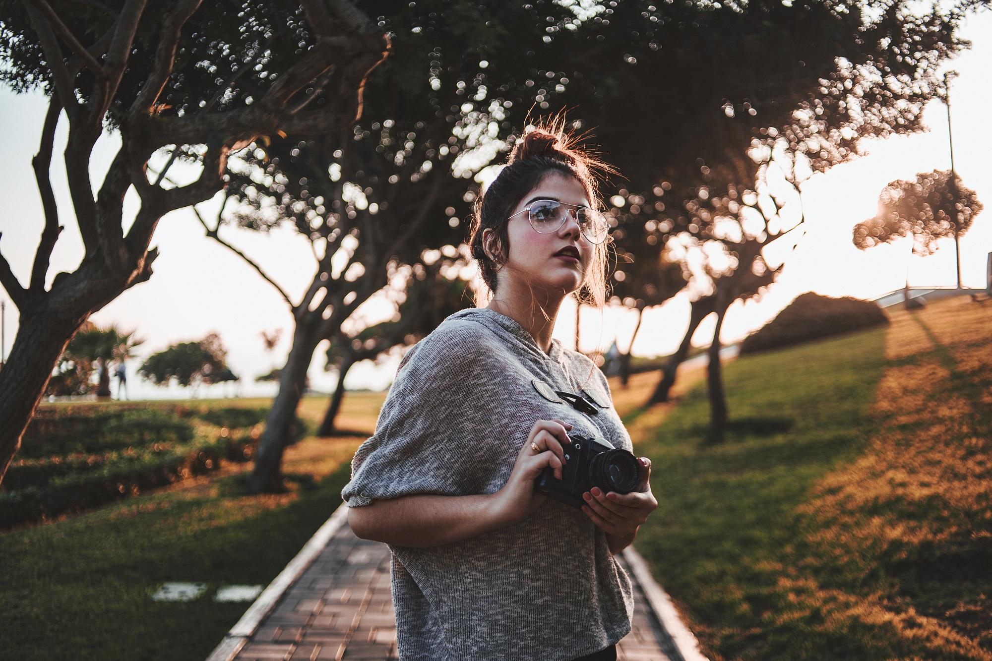 woman-photographer-park