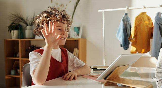 kid-with-tablet-640