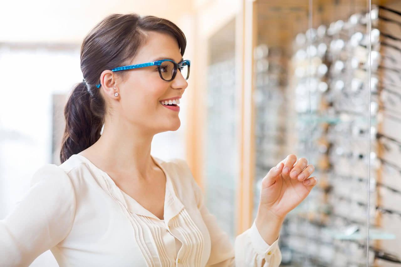 girl brunette glasses store 1280 e1600676221217
