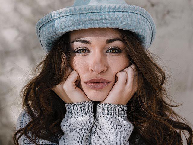 woman-cute-blue-hat_640px-640x480