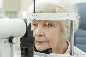 senior woman eye exam_300x200