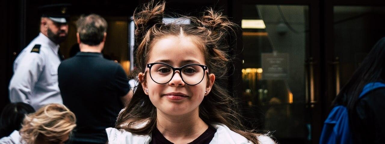 girl glasses city1280x480