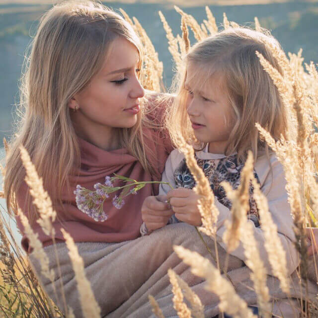 hero-two-blondes-mother-daughter-nature-1280-640x640