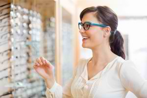 woman-shopping-for-glasses