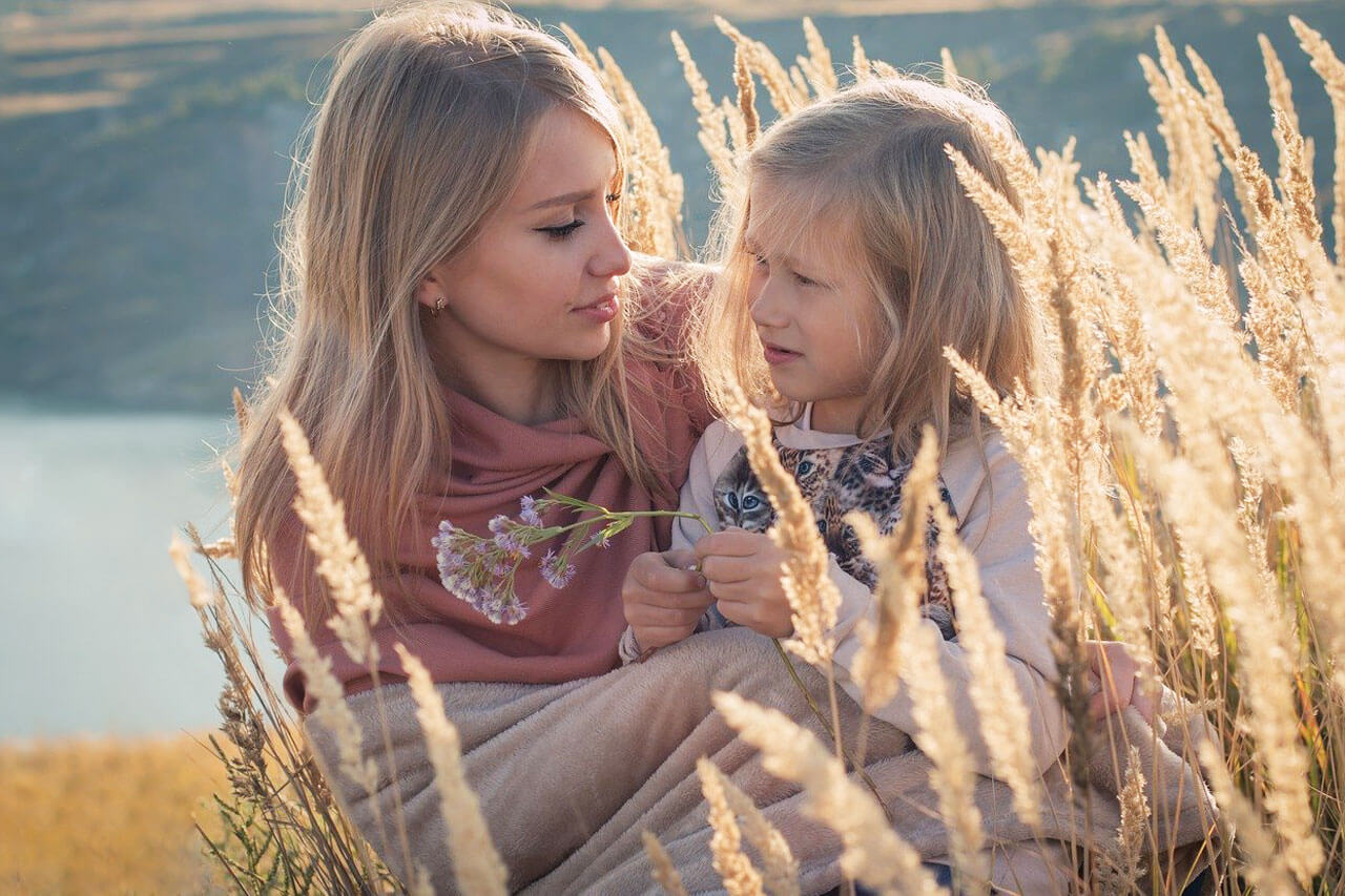 hero two blondes mother daughter nature 1280