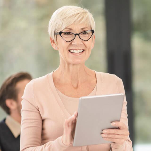 senior-woman-wearing-eyeglasses-640