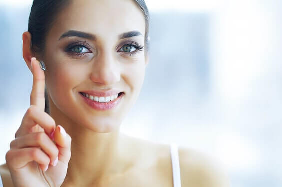 woman putting on a contact lens 565×375 min