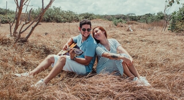 couple-smiling-sitting-on-the-grass-640