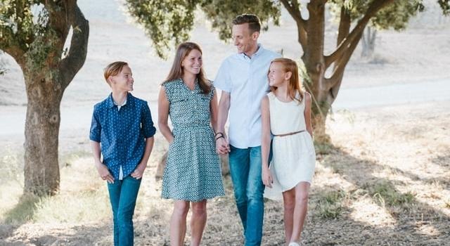 happy-family-outdoors-640