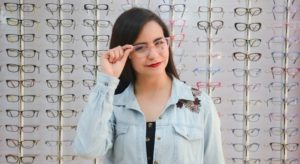 girl wearing pink rimmed eyeglasses 640x350 1 300x164