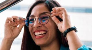 woman wearing round shaped glasses 640 300x165