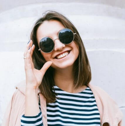woman pink sunglasses round 640.jpg