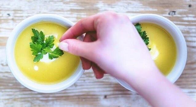 bowls-soup-hand