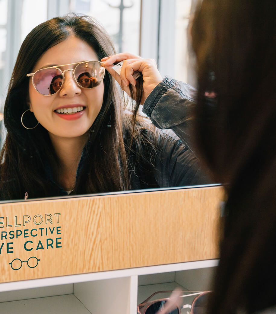 Attractive,Woman,Trying,Sunglasses,In,The,Glasses,Shop,And,Looking
