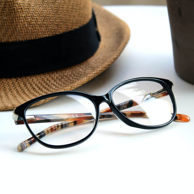 glasses_hat_table_640-640x640