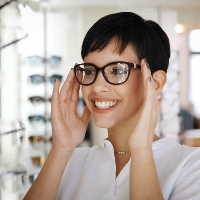 girl-brunette-glasses-store-smile-1280-640x640