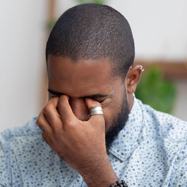 man suffering from dry eyes 640 c