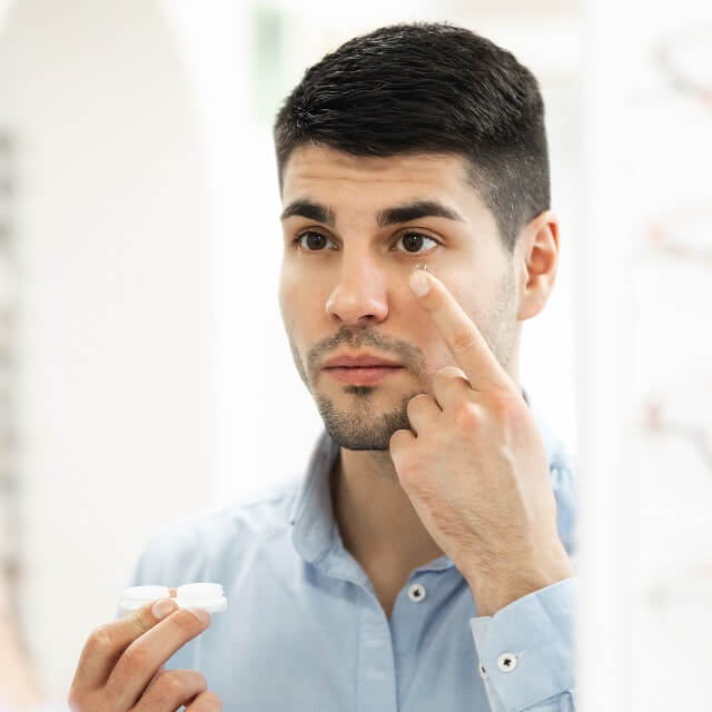 man ready to insert contact lens 640