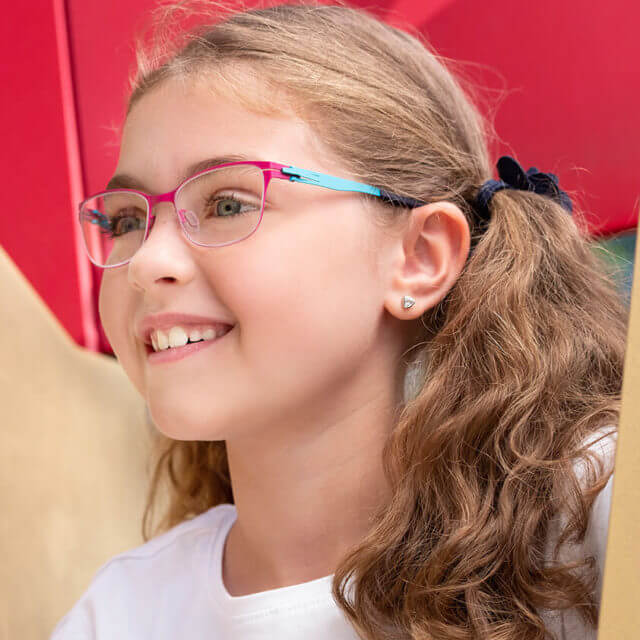 girl wearing ovvo glasses